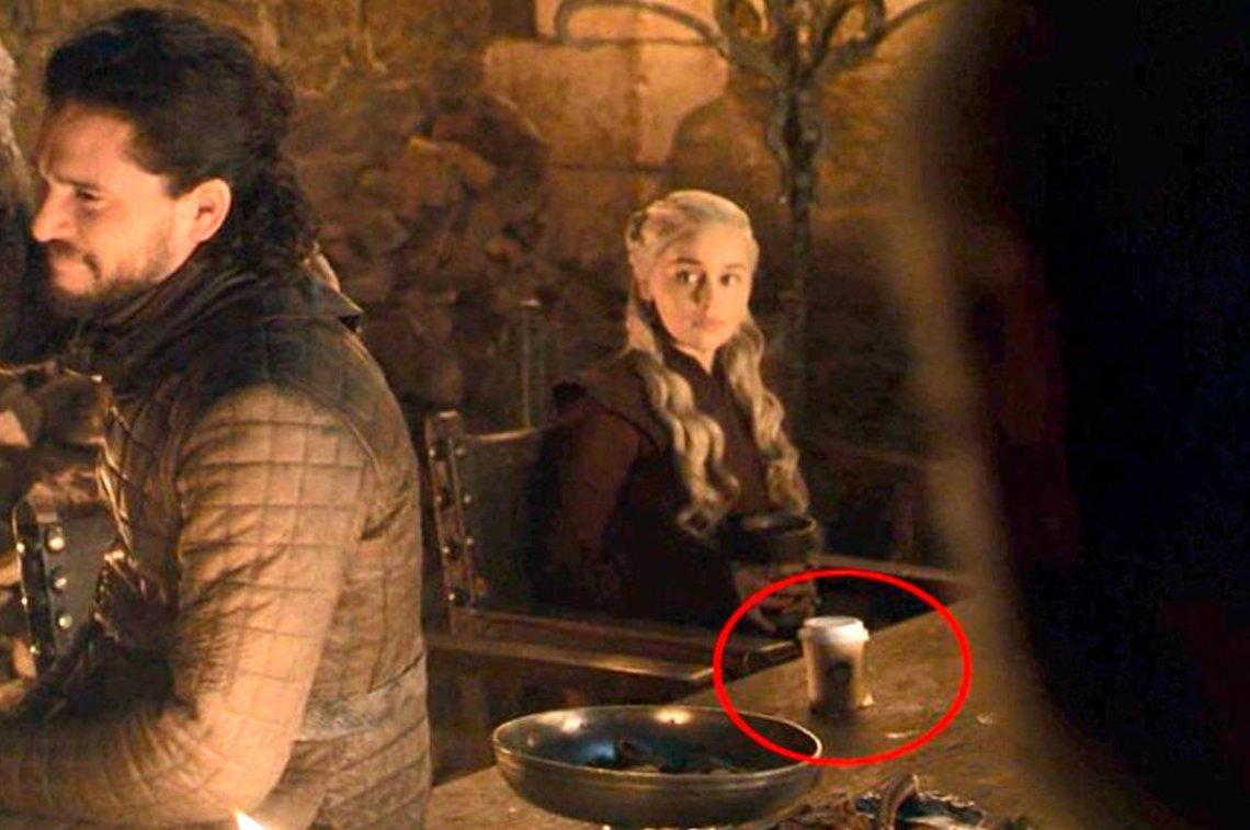 """Emilia Clarke confiesa de quien era el famoso vaso de café que salió en """"Game of Thrones"""""""